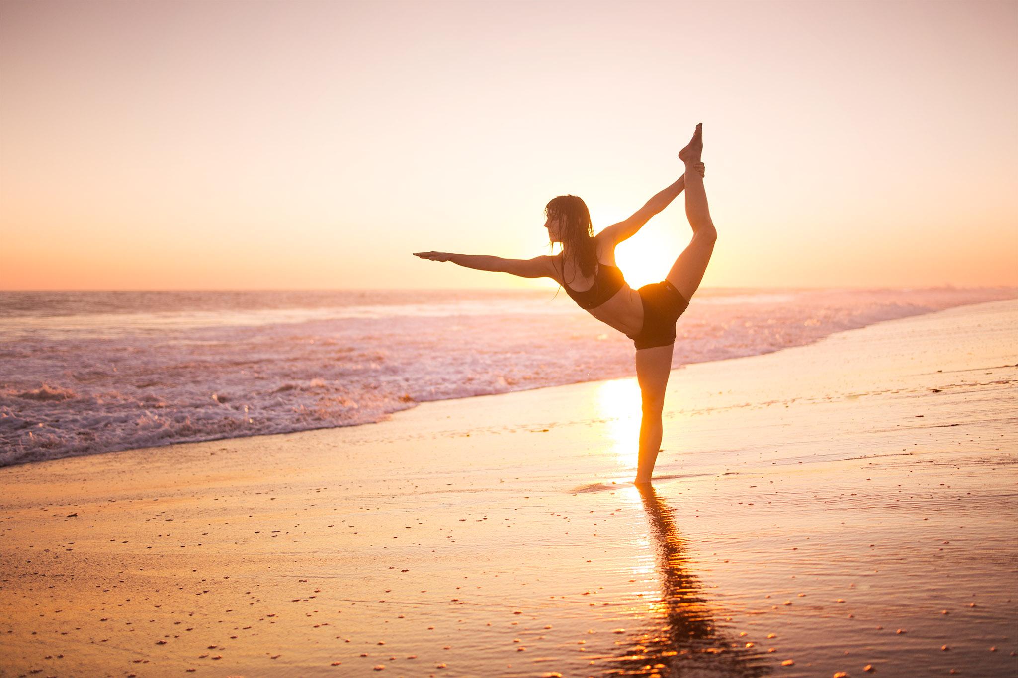 контрастные йога на фоне моря фото посадки нельзя
